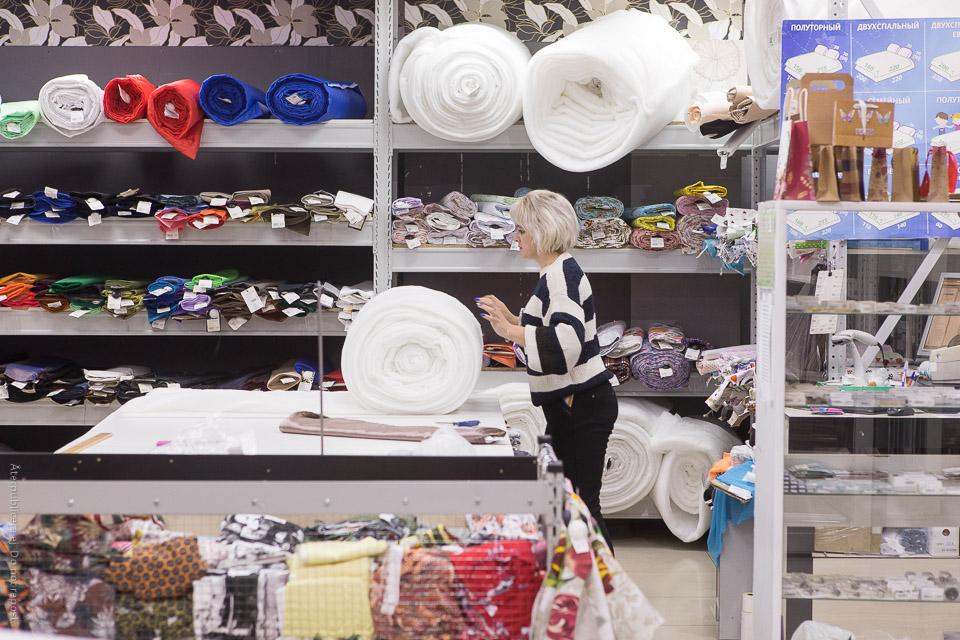 Kvinna i tygbutik