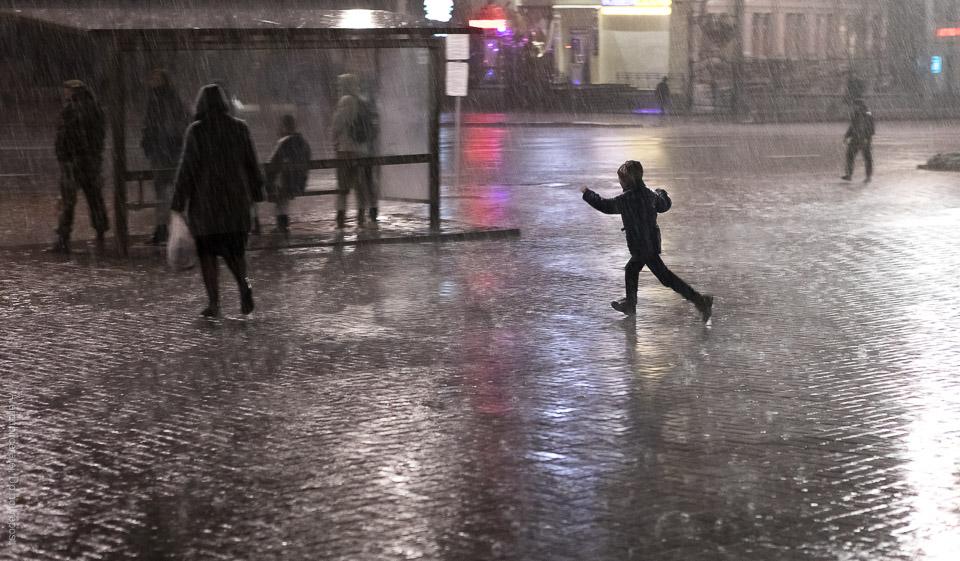 Springande barn i skyfall