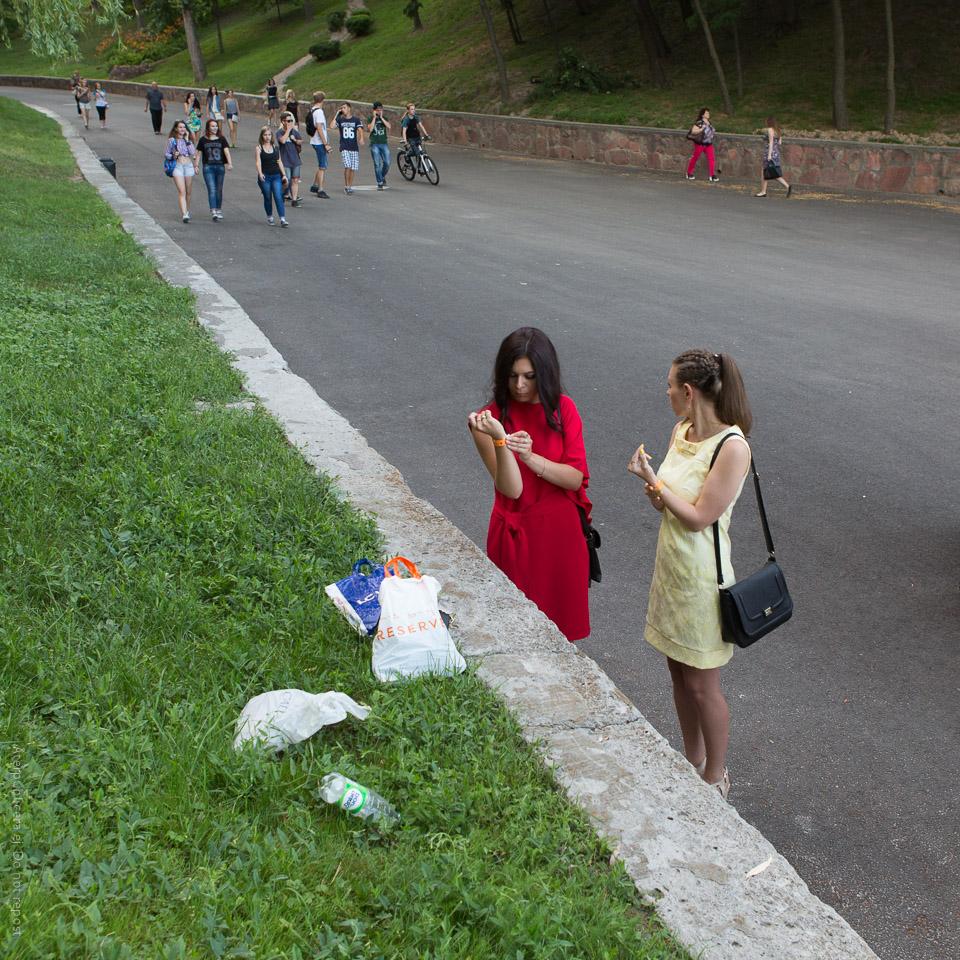 Kvinnor med pappersarmband