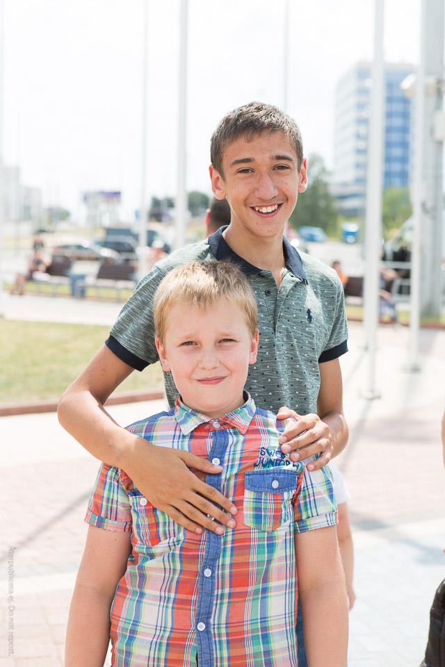 Pojkar i mönstrade skjortor