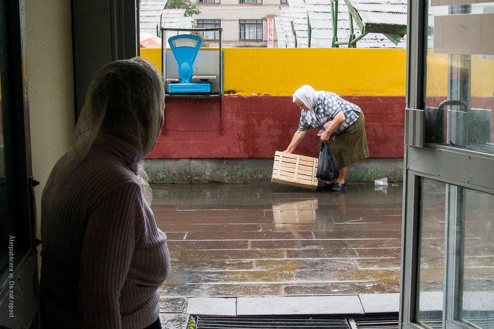 Kvinna med låda