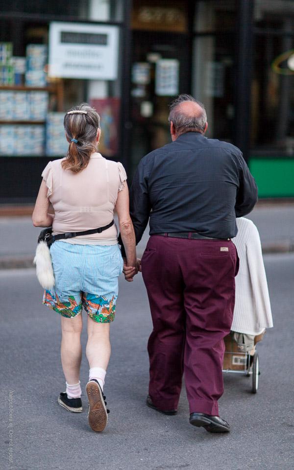 Äldre par med barnvagn