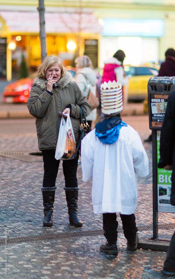 Kvinna och kostymerat barn