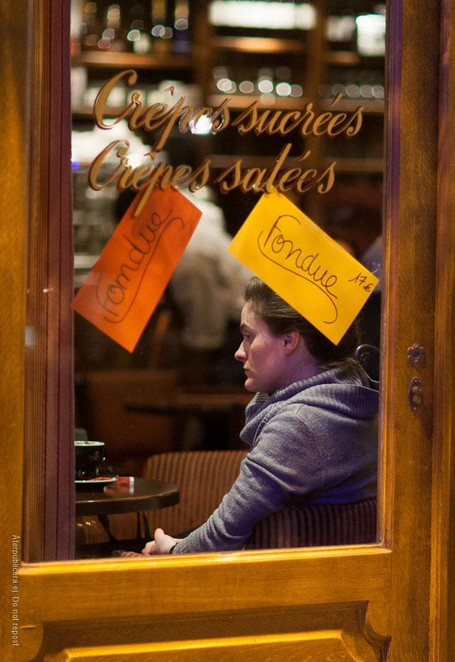 Kvinna på pannkaksrestaurang