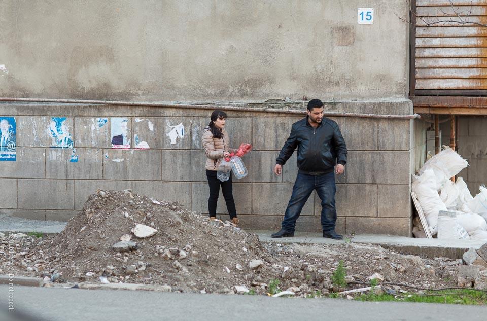 Personer på smal trottoar