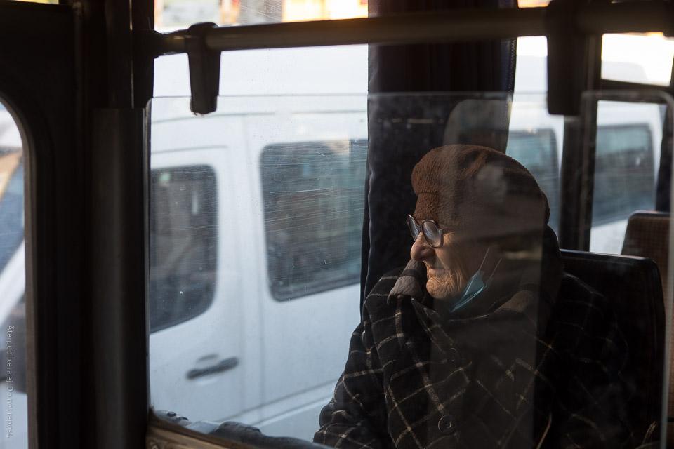 Kvinna vid bussfönster