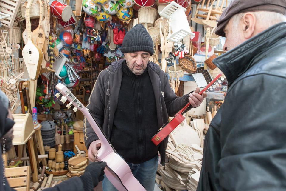 Man med gitarrer