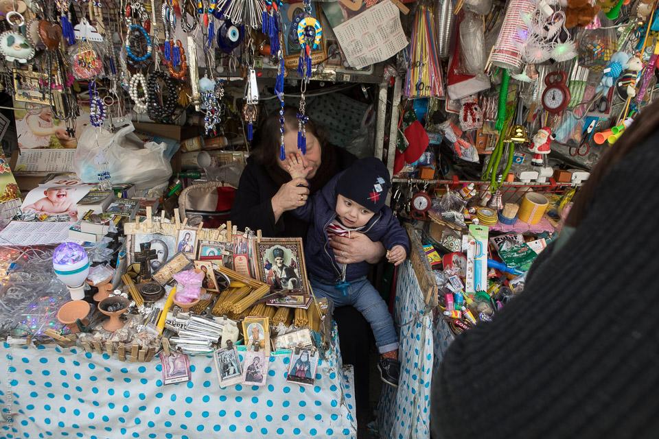 Kvinna och barn vid marknadsstånd