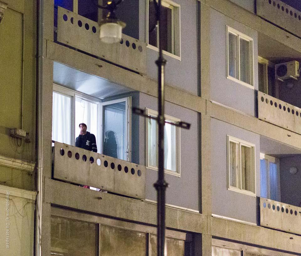 Rökare på balkong