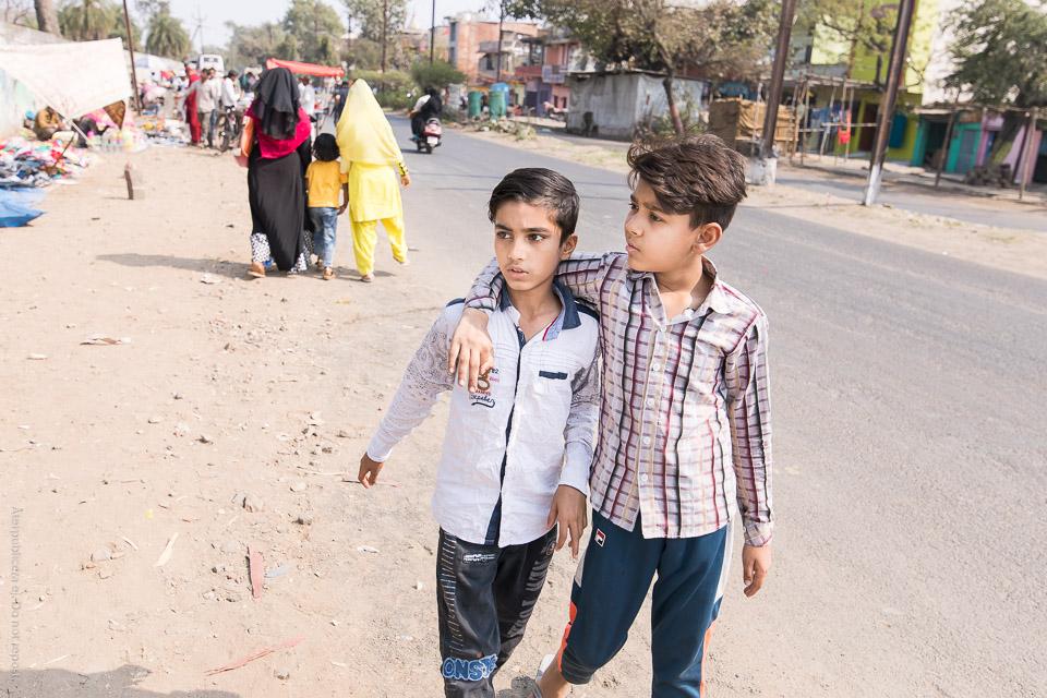 Pojkar på promenad