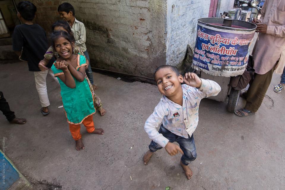 Glada barn vid sockervaddsmaskin