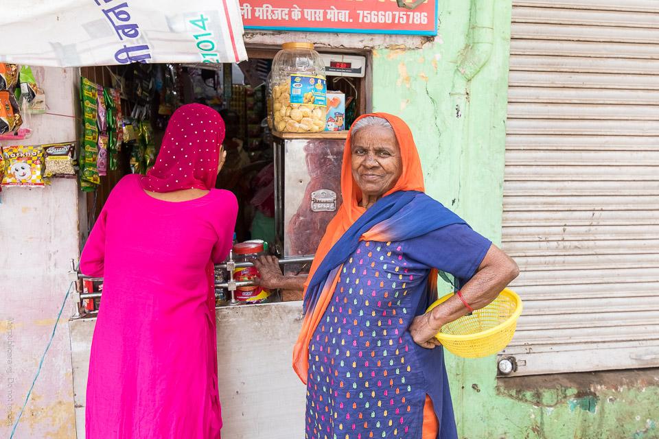 Kvinna vid kioskfönster