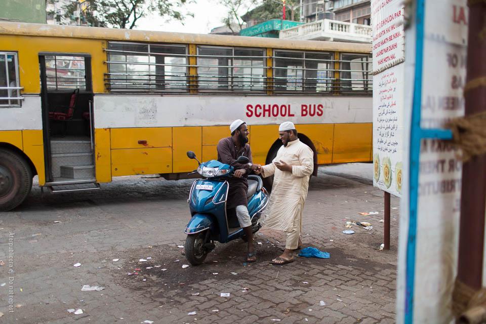 Män framför skolbuss