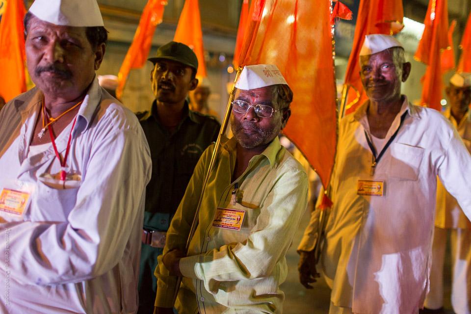 Män i procession