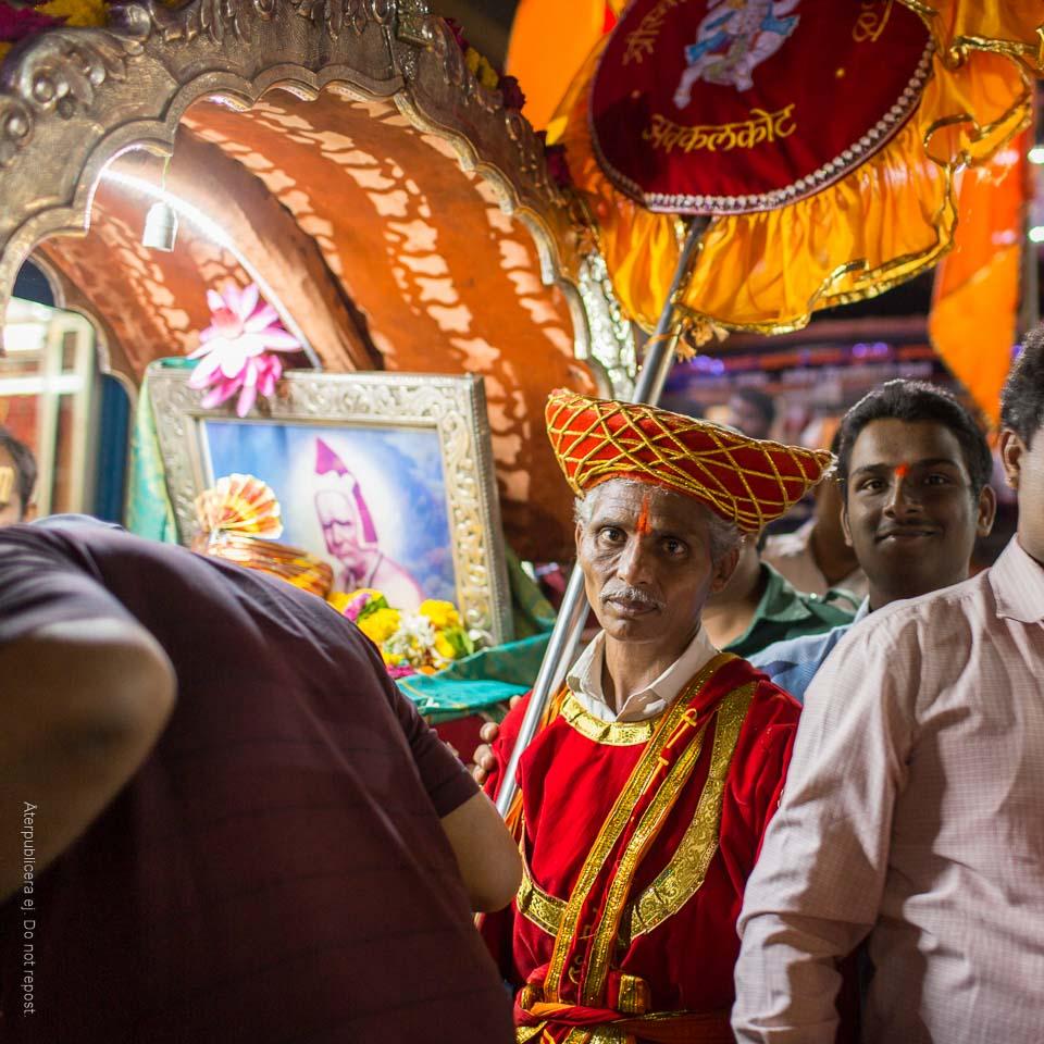 Man i religiös procession