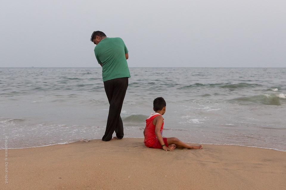Man och pojke vid vattenkant