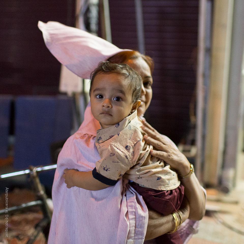 Kvinna med barn i famnen