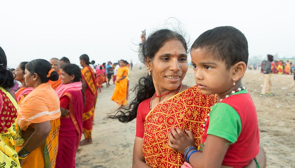 Kvinna och barn vid strand