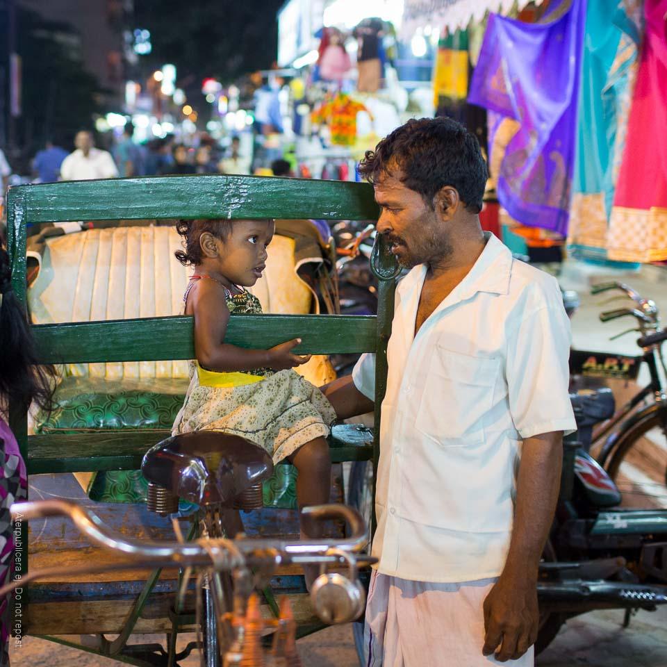 Man och barn vid cykelriksha