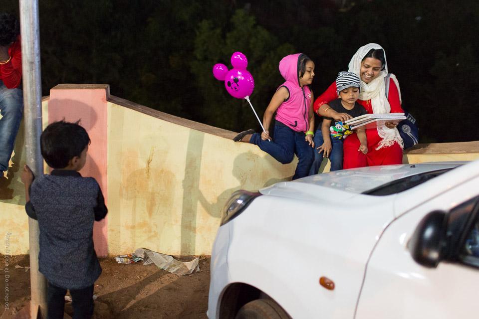 Kvinna och barn på mur