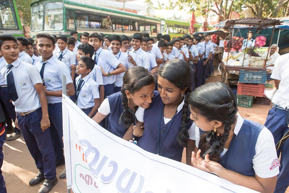 Ungdomar i väntan på parad