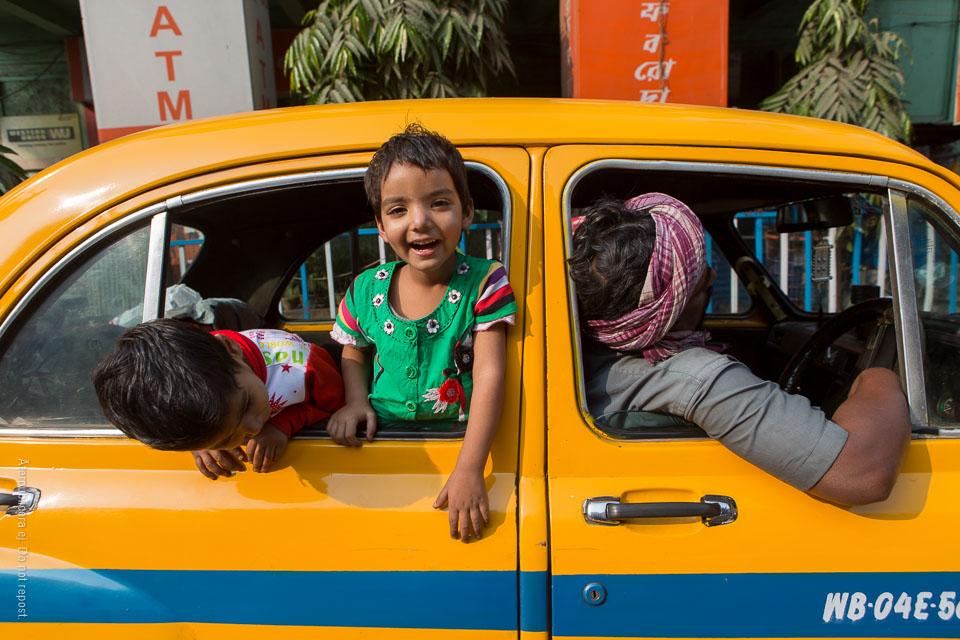 Barn i taxibilsfönster