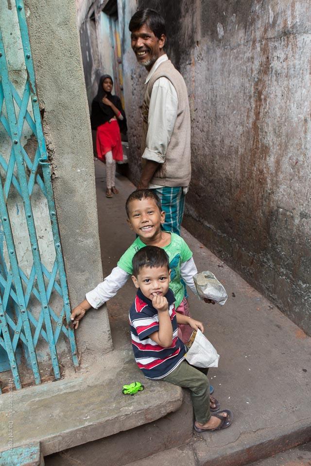 Glada pojkar med påsar