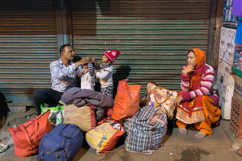 Familj med packning