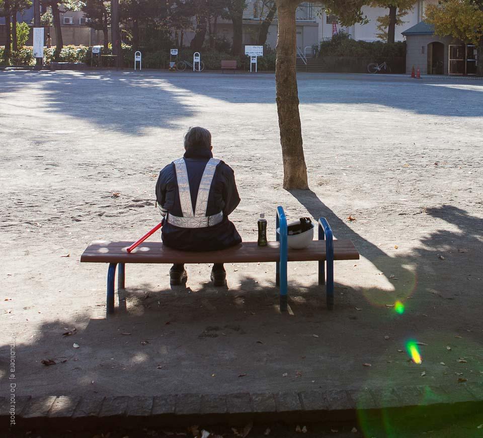 Man på bänk