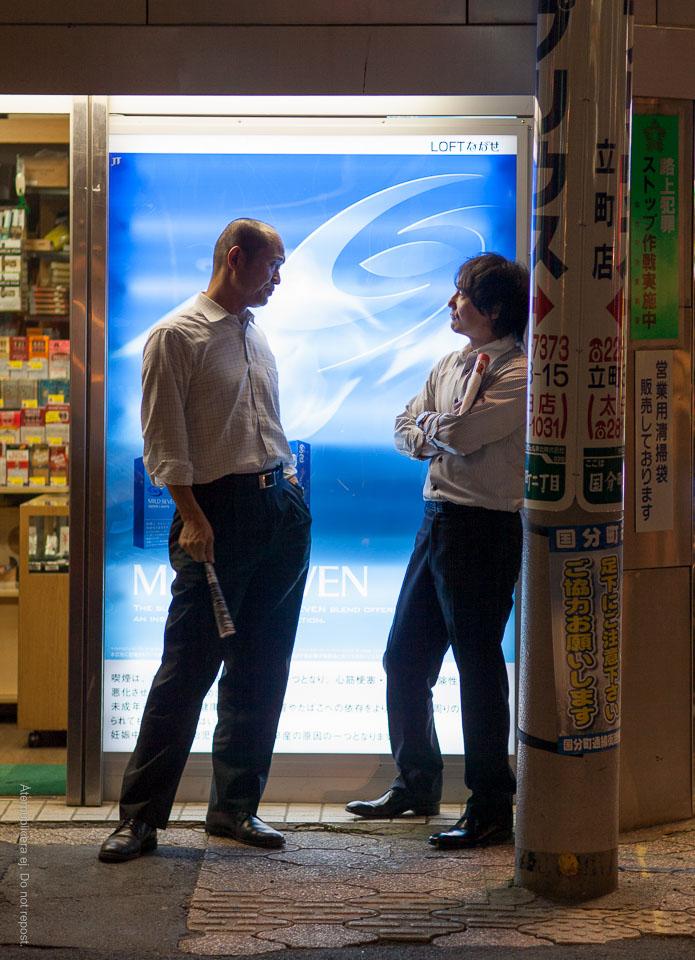 Män med hoprullade reklamblad