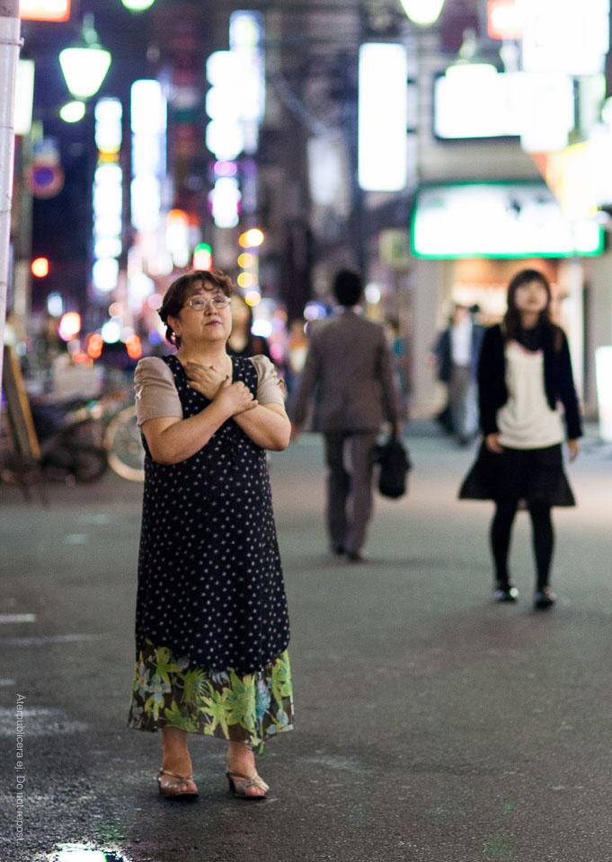 Kvinna i prickig klänning