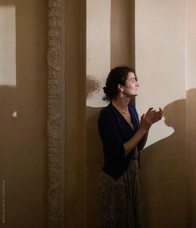 Applåderande kvinna vid vägg
