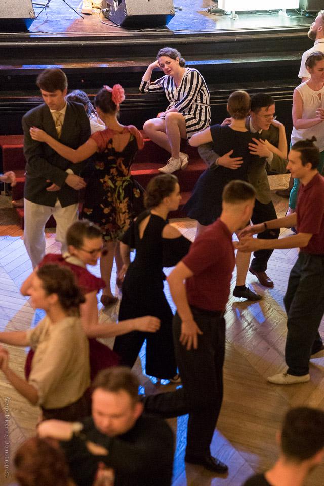 Kvinna vid dansgolv