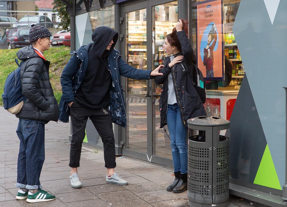 Ungdomar vid reklamskylt
