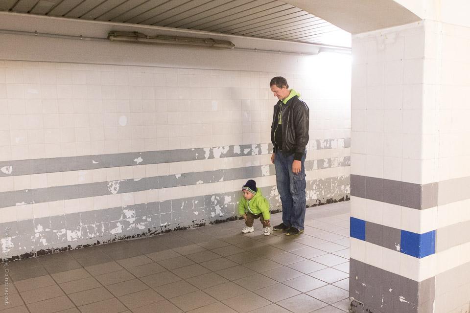 Man och barn i gångtunnel