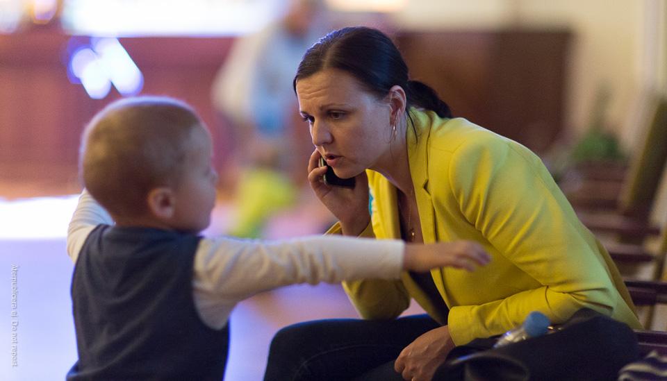 Kvinna med telefon och barn