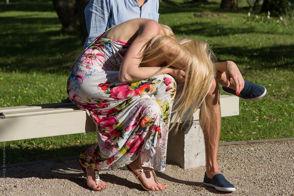Hopkrupen kvinna i blommig klänning