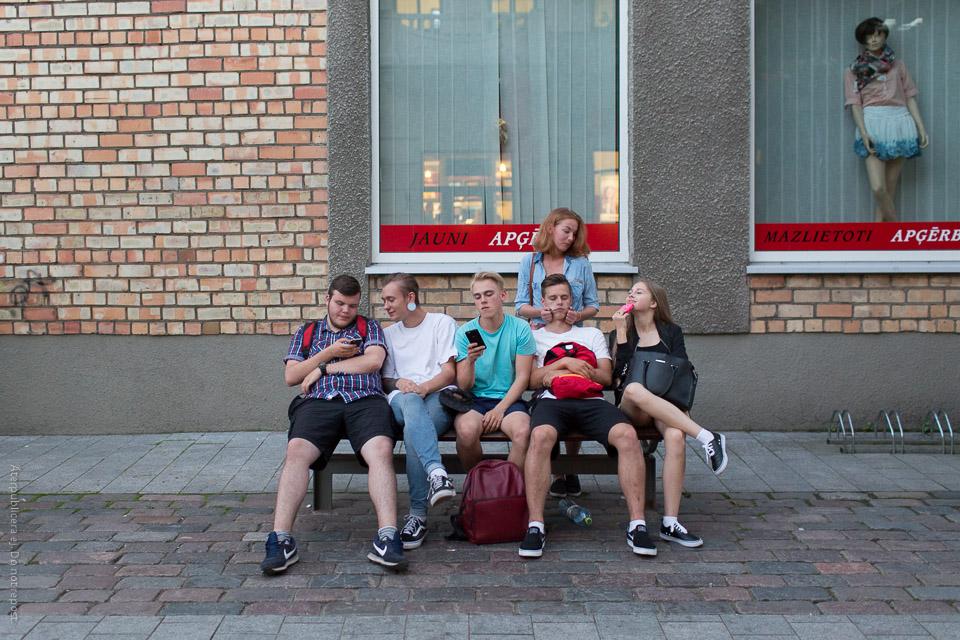 Ungdomar på bänk