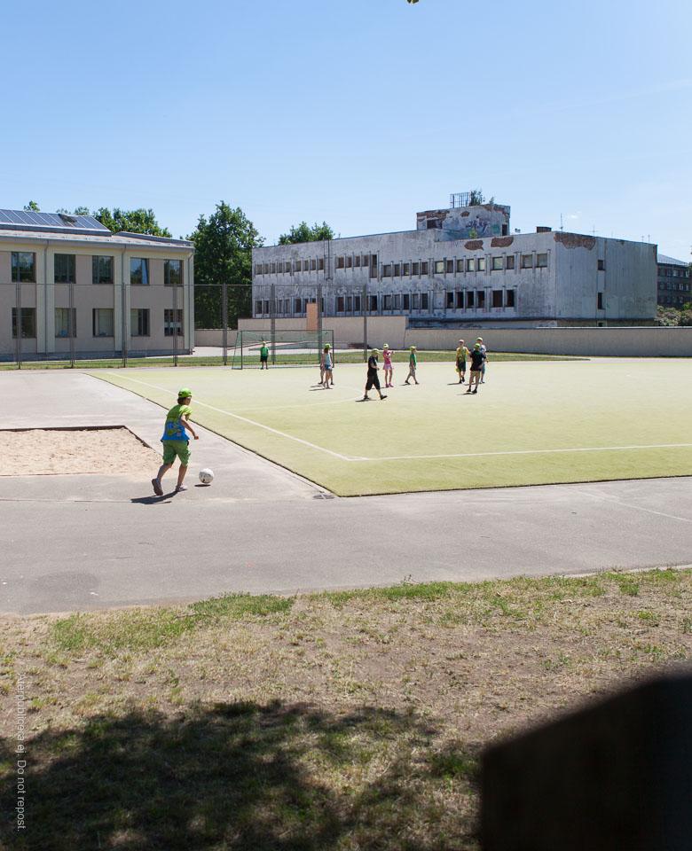 Fotbollsspelare i gröna kepsar