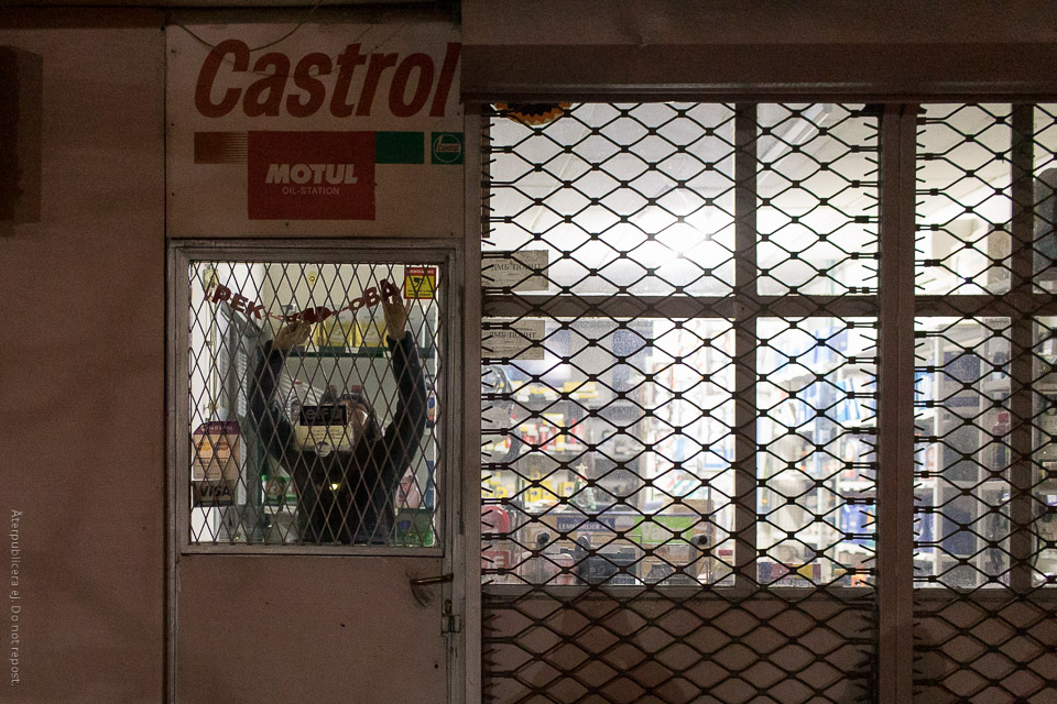 Kvinna bakom galler