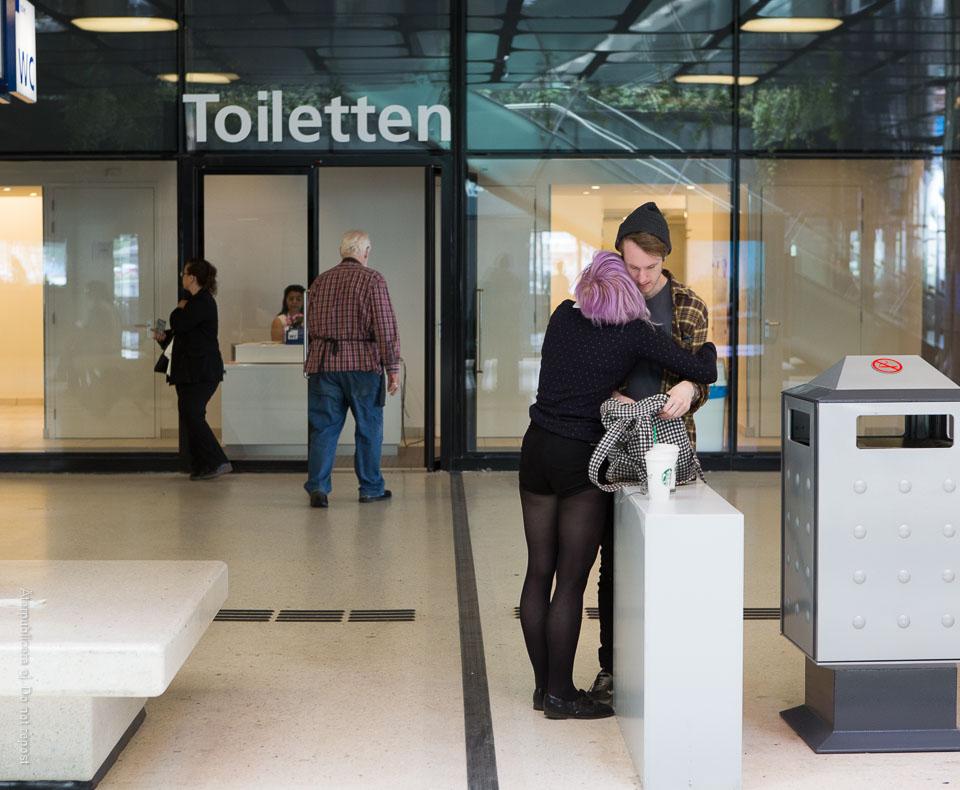 Ungt par vid offentlig toalett