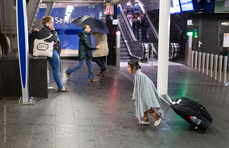 Flicka med resväska
