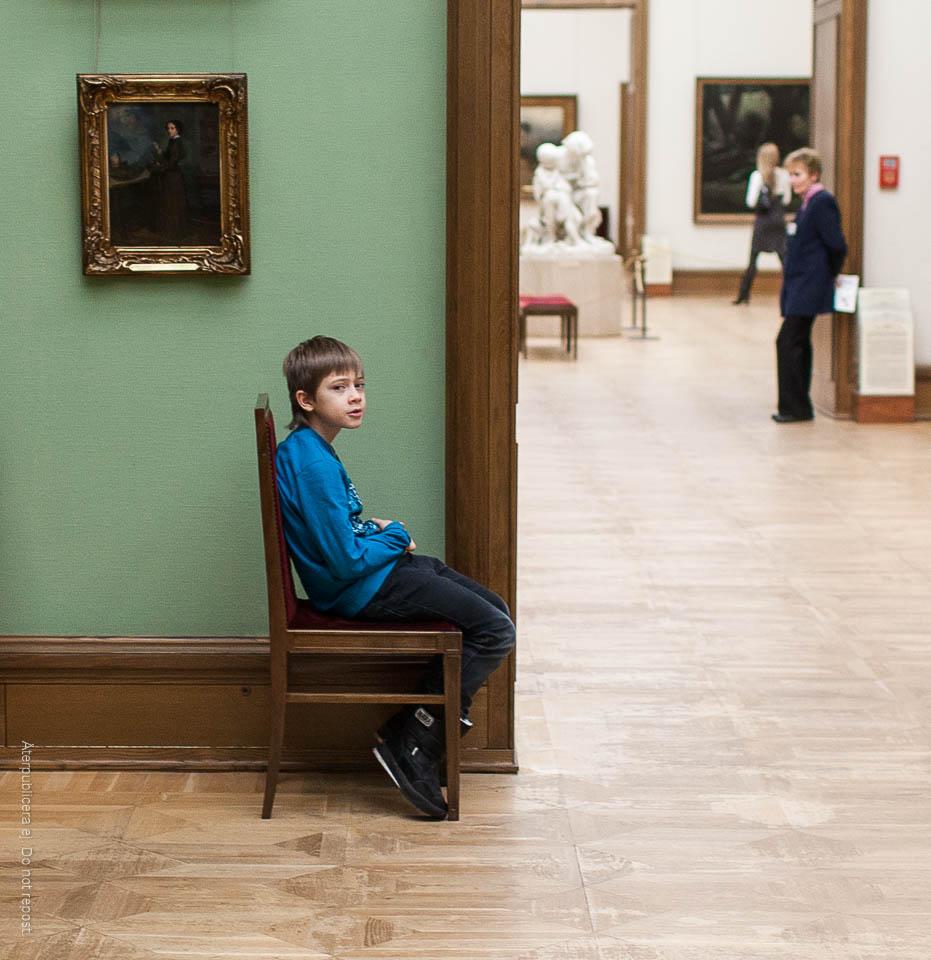 Pojke på stol
