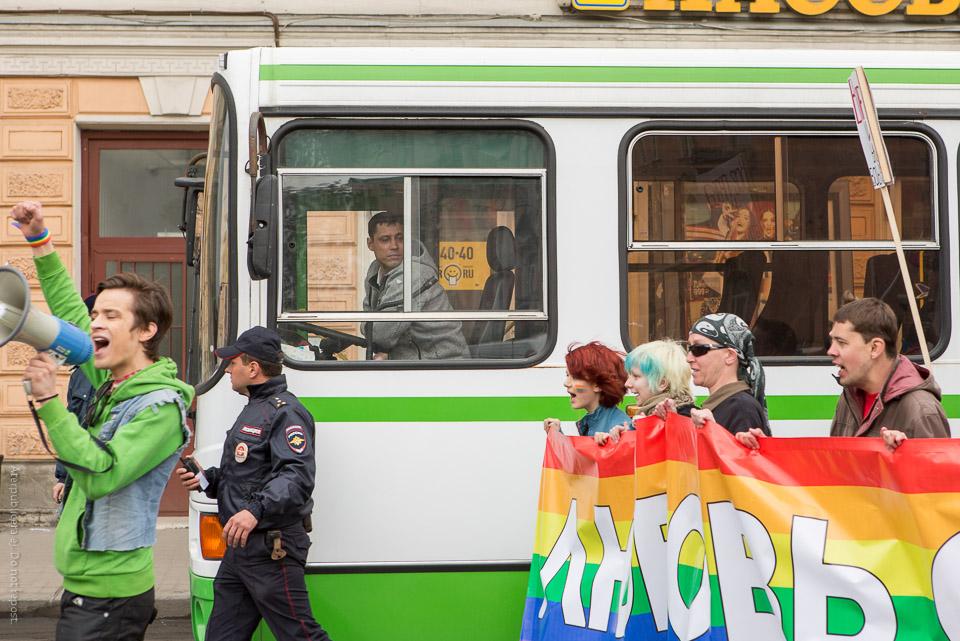 Busschaufför och demonstranter