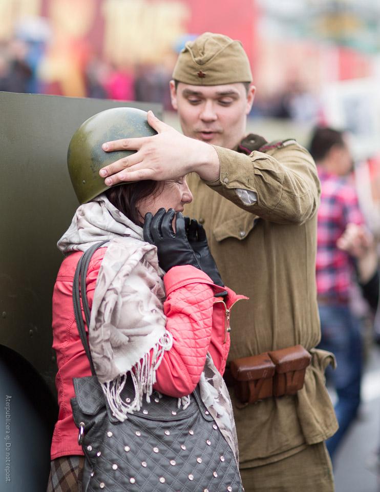 Kvinna med militärhjälm