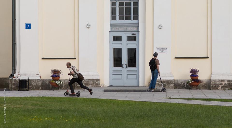 Män med sparkcyklar