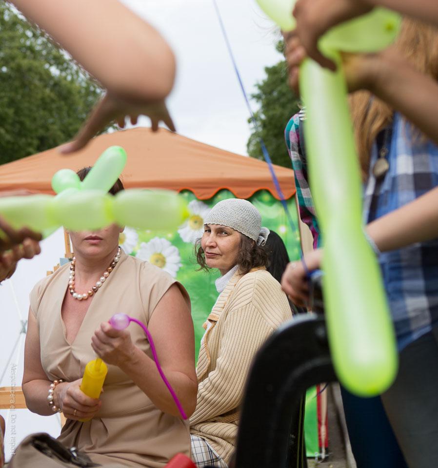 Kvinna och ballongblåsare