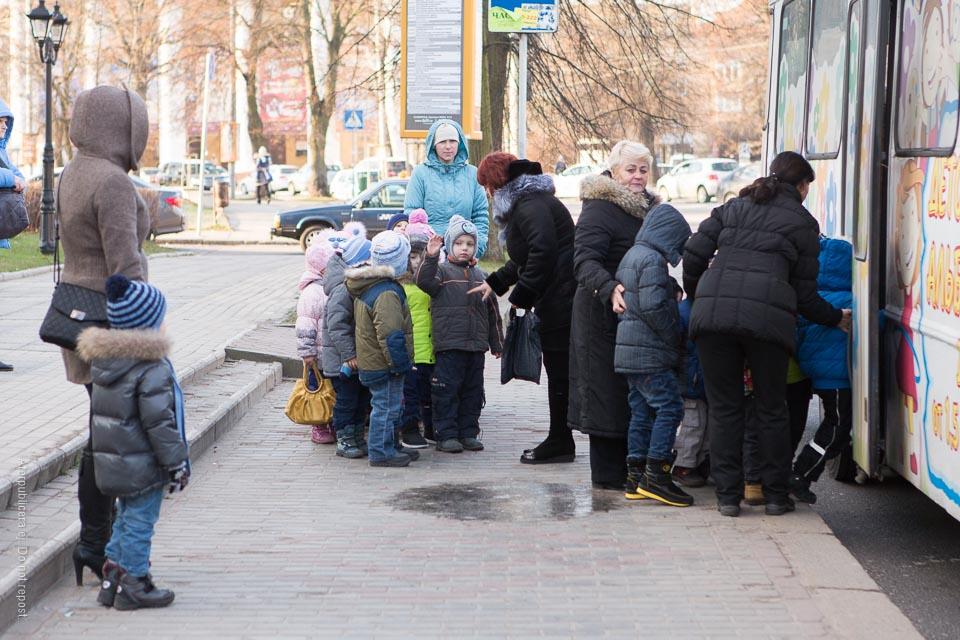 Barn vid buss