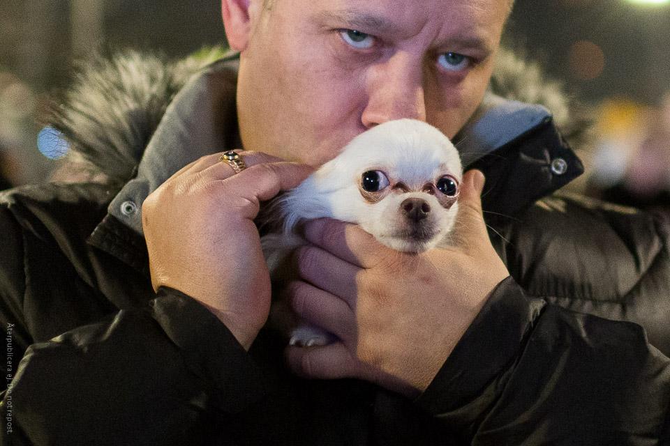 Man med liten hund