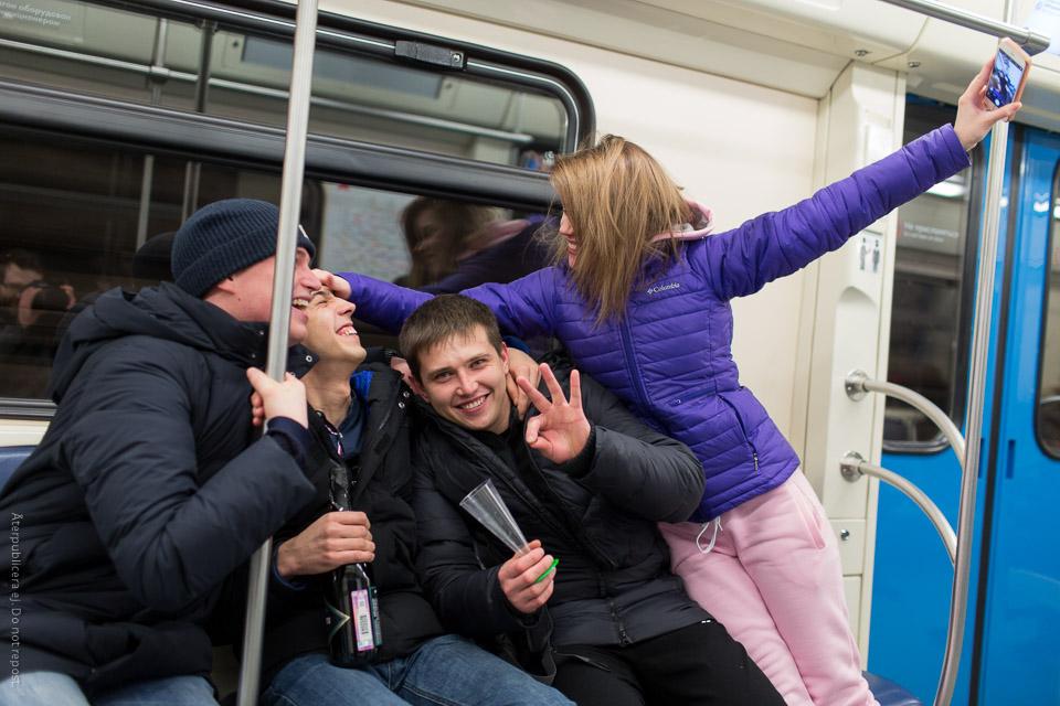 Nyårsfirande tunnelbaneåkare